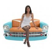 Sofa Chevy Hellblau mit braunem Polster und Zeitschriften und Ge