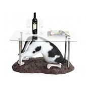 Schwarzweißer Hund buddelnd Tisch mit Glasplatte