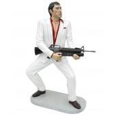 Gangster Al Pacino Scarface im weißen Anzug mit Waffe