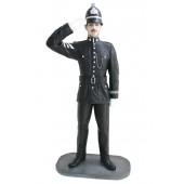 Britischer Polizist mit Helm Salutierend