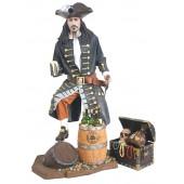 Pirat mit Schatztruhe und Weinhalterung