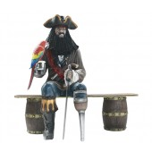 Pirat Blackbeard mit Papagei auf Weinfassbank