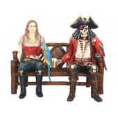 Blonde Piratenfrau und Piratenskelett auf Bank