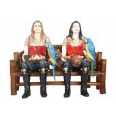 Piratenfrauen auf Bambusbank
