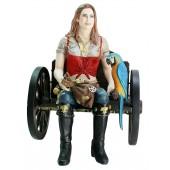 Blonde Piratenfrau auf Wagenbank