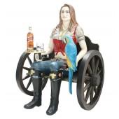 Blonde Piratenfrau auf Wagenbank mit Tablett