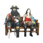 Pirat Blackbeard und Piratenfrau auf Bambusbank
