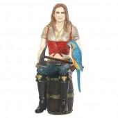 Blonde Piratenfrau auf Weinfass