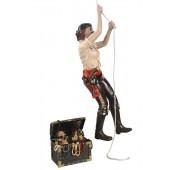 Piratenfrau kletternd und Schatztruhe