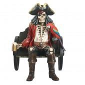 Piratenskelett auf Wagenbank