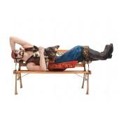 Pirat liegend auf Bank