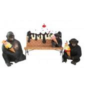 Eiscremebank mit Affenfamilie