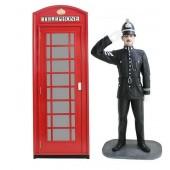 Telefonzelle und britischer Polizist mit Helm Salutierend