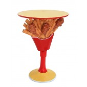 Tisch mit Hühnchen und Pommes Ständer