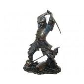 Samurai mit Schwert hinterm Rücken
