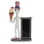 Alien mit Amerikahut, Angebotstafel und Eis mit Waffel