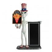 Alien amerika mit Hühnchen und Pommes auf Tafel und Angebotstafe