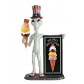 Alien mit Amerikahut, EisAngebotstafel und Eis