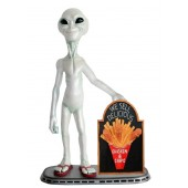 Alien mit Hühnchen und Pommes auf Angebotstafel