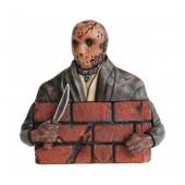 Monster Jason Voorhees hinter Mauer