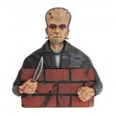 Monster Frankenstein hinter Mauer