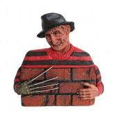 Monster Freddy Krüger hinter Mauer