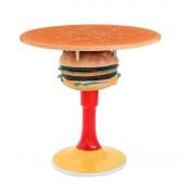 Tisch mit Burger und Ständer und großer Fläche