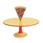 Tisch mit Pizza und großer Fläche