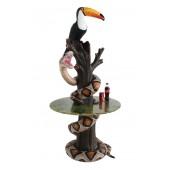 Schlange und Tukan auf Baumstamm Tisch