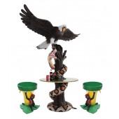Schlange und fliegender Adler auf Baumstamm Tisch und Bananenhocker