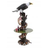 Schlange und Adler auf Baumstamm Tisch