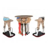 Frauenbeine Tisch mit Männerbeinen Barhockern