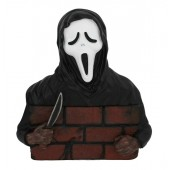 Monster Scream hinter Mauer