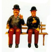 Dick und Doof sitzend auf Bank