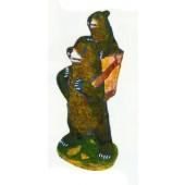 Braunbär mit Kind im Korb