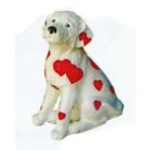 sitzender kleiner Hund mit Herzchen bemalt