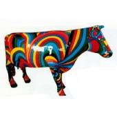 bunt gestreifte lebensgroße Kuh mit Hörnern