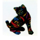 schwarzes Kätzchen mit bunten Streifen sitzend