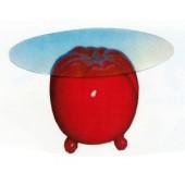 Glastisch mit großer Tomate