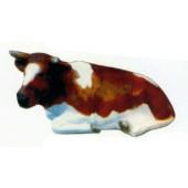 braune liegende Kuh mit weißen Flecken