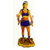 lebensgroße Indianerin mit Kriegsbeilen