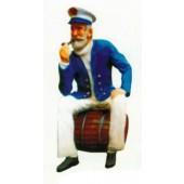 Seemann sitzend auf Fass mit Pfeife im Mund