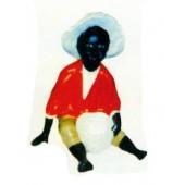sitzender dunkelhäutiger Junge mit Korb