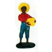 farbiges Kind mit Hut trägt Körbchen
