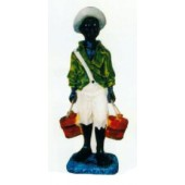 farbiges Kind trägt Eimer