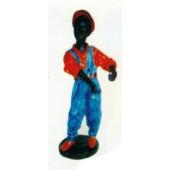 afrikanischer Junge mit Latzhose und rotem Hemd
