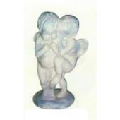Junge und Mädchen als Engel umarmen sich