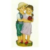 kleiner Junge hat Mädchen im Arm