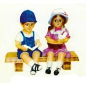 Junge und Mädchen sitzen auf Bank