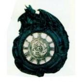Drache schlingt sich um römische Uhr